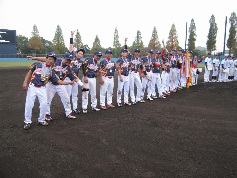 閉会式でメダルをかけて整列する選手