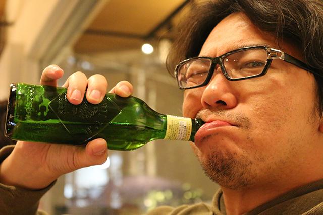 ビール瓶を片手にいい笑顔を向けるリクト山田さん