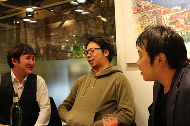 リクト山田を囲んで笑顔で話し込む尾崎さんと元リクトスタッフの西尾さん