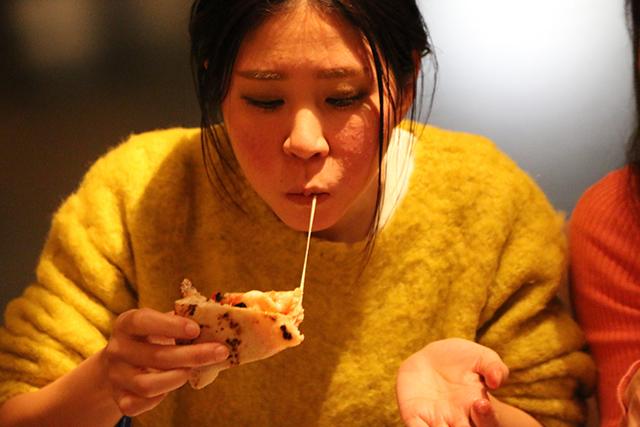 頬張ったピザからチーズが伸びてるリクト市川さん