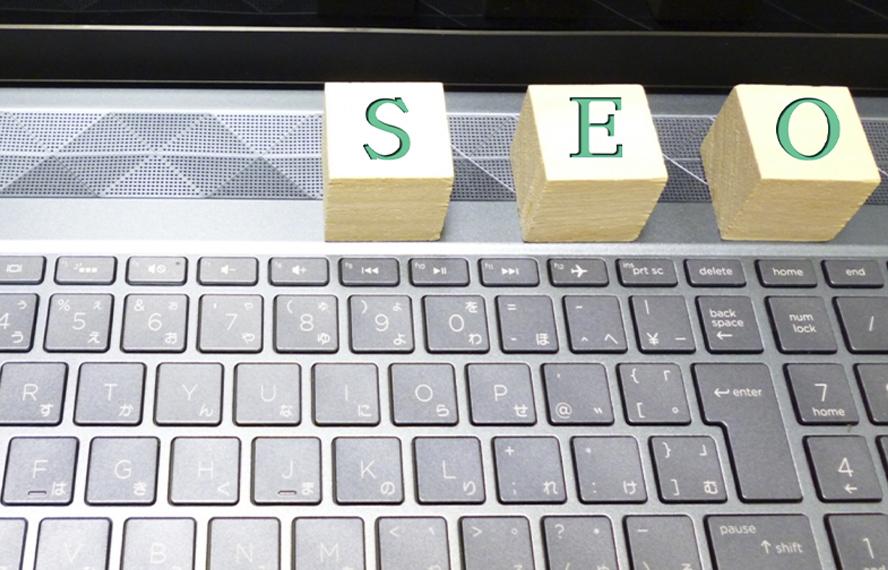 SEOの積み木がPCキーボードに乗っているイメージ写真