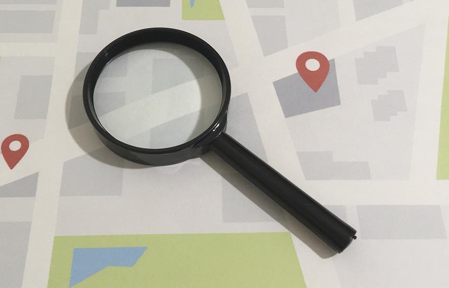 マップに虫眼鏡のイメージ写真